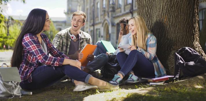 El Banco Santander ayuda a los universitarios para que puedan estudiar en el extranjero