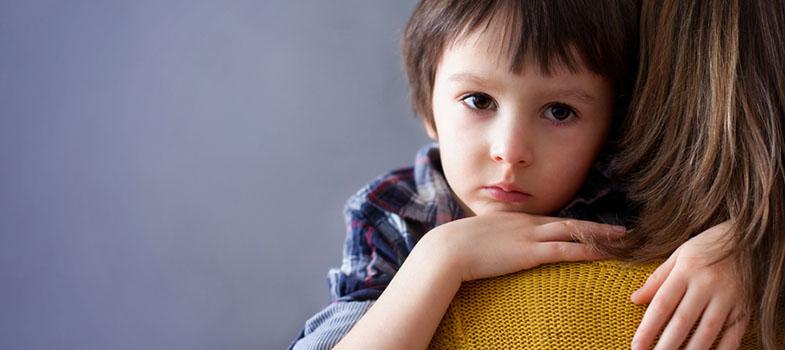 """<p>Muitas vezes os pais se esquecem, mas <strong><a href=https://noticias.universia.com.br/destaque/noticia/2014/04/25/1095383/professor-veja-engajar-pais-alunos.html title=Professor: veja como engajar os pais de seus alunos>eles são cruciais no rendimento das crianças na escola.</a></strong>Nós explicamos como as suas expectativas afetam o desempenho escolar do seu filho e comentamos como é possível usá-las a seu favor, confira:</p><p>Em geral, quando se fala de <strong><a href=Ouvir os pais é importante na hora de escolher a profissão a seguir title=https://noticias.universia.com.br/destaque/noticia/2014/10/20/1113511/ouvir-pais-importante-hora-escolher-profisso-seguir.html>expectativas dos pais sobre os filhos</a></strong>é natural pensarmos em algo negativo, como o excesso de cobrança ou um nível muito alto de exigência que acaba por abalar a autoestima das crianças. Porém, o foco aqui são as expectativas positivas, quando você mostra que está lá para apoiar, se orgulha das conquistas e faz parte do processo.</p><p>O primeiro passo é posicionar-se de maneira atuante, lembrando ao seu filho que um bom desempenho não é um presente ou uma meta sua ou dos professores, mas dele mesmo. Trata-se da construção da sua história como indivíduo, na qual o mais beneficiado ou prejudicado será ele mesmo. <strong>Traga-o para a posição de protagonista.</strong></p><p>Ser firme quando a criança ou adolescente comete uma falha é fundamental, porém, tão necessário quanto os """"puxões de orelha"""" são as congratulações. Quando seu filho alcançar um bom resultado-, parabenize-o. <strong>Mostre que você reconhece o esforço e que se importa.</strong> O mesmo vale para as broncas. Chame a atenção, mas converse sobre o quão importante é persistir e como erros acontecem.</p><p>Ajude sempre que possível, mas não traga as tarefas para você. <strong>Lições de casa e trabalhos são para serem feitos pelo aluno, não pelos pais.</strong> Auxiliar quando tiver alguma dificuldade é diferente de faze"""