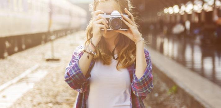 <p>Aprende fotografía desde tu casa con estos <strong>cursos online gratuitos</strong> destinados tanto a principiantes como a personas que ya poseen conocimientos previos y desean profundizar el grado de dificultad en los temas que estudian. <strong>Elementos de una cámara, técnicas básicas de fotografía, tratamiento del color, aprovechamiento de la luz, tipos de fotografías y composición</strong>, son algunos de los temas que verás en los cursos. ¡Conócelos!<br/><br/><br/><br/><strong>Lee también</strong></p><p>>Sony World Photography Awards: concurso de fotografía que ofrece 25.000 dólares<br/>>38 editores de fotografía gratuitos<br/>><a href=https://noticias.universia.net.co/educacion/noticia/2015/09/24/1131580/4-cursos-online-gratuitos-photoshop-espanol.html title=4 cursos online y gratuitos de Photoshop en español target=_blank>4 cursos online y gratuitos de Photoshop en español</a></p><p><br/><br/><br/></p><p>1.<a href=https://www.youtube.com/playlist?list=PL1E74653264415827 target=_blank>Curso básico de fotografía</a></p><p>Se imparte mediante <strong>11 videos cortos</strong> con una duración máxima de 8 minutos. <strong>Cada video se encarga de una temática en particular </strong>que se expone mediante las explicaciones del fotógrafo Toni de Ros, quien brinda ejemplos para ilustrar distintos conceptos. Repasa <strong>conceptos elementales </strong>de esta actividad para personas que deseen iniciarse en la fotografía.</p><p><br/><br/></p><p>2.<a href=https://www.youtube.com/user/AcademyPhotography/playlists target=_blank>Academy of Photography</a></p><p>Es un curso para principiantes con videos organizados por listas de reproducción que engloban distintas temáticas, como <strong>retratos, fotografía de boda, maternidad, edición y pos-producción, elementos de una cámara, fotografía nocturna</strong> y otros grandes ejes sobre los que se elaboraron varios videos.</p><p><br/><br/></p><p>3.<a href=https://www.udemy.com/composicion-fotografica/ target=_blank>Fot