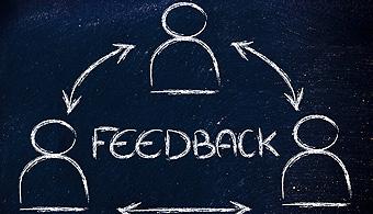 <p>El intercambio de ideas es una buena técnica para escuchar y aprender del otro. Pero no todas las personas pretenden ser constructivos con sus devoluciones. Por eso es mejor que conozcas cuáles son las <strong>5 situaciones en las que es mejor ignorar el feedback</strong>.</p><p></p><p><span style=color: #ff0000;><strong>Lee también</strong></span><br/><a style=color: #666565; text-decoration: none; title=¿Cómo responder a las críticas en el trabajo? href=https://noticias.universia.com.ar/consejos-profesionales/noticia/2015/07/17/1128383/como-responder-criticas-trabajo.html>» <strong>¿Cómo responder a las críticas en el trabajo?</strong></a><br/><a style=color: #666565; text-decoration: none; title=Críticas constructivas: cómo hacerlas y cómo aceptarlas href=https://noticias.universia.com.ar/consejos-profesionales/noticia/2015/05/04/1124351/criticas-constructivas-como-hacerlas-como-aceptarlas.html>» <strong>Críticas constructivas: cómo hacerlas y cómo aceptarlas</strong></a></p><p></p><p>Recientemente el prestigioso portal <span style=text-decoration: underline;><strong><a href=https://hbr.org/ target=_blank>Harvard Business Review</a></strong></span>publicó los motivos por los cuales Dorie Clark, una experta en marketing y profesora en la escuela de negocios Fuqua de la <span style=text-decoration: underline;><strong><a href=https://internacional.universia.net/eeuu/unis/north-carolina/duke/descripcion.htm>Universidad Duke</a></strong></span>, considera que no siempre es bueno escuchar el feedback de los demás. Universia Argentina te presenta los 5 motivos más importantes.</p><blockquote style=text-align: center;>¿Querés más consejos para obtener un crecimiento personal? Conseguí el último libro de Dorie Clark <span style=text-decoration: underline;><strong><a id=AMAZON title=Stand Out href=https://www.amazon.com/gp/product/1591847400/ref=as_li_tl?ie=UTF8&camp=1789&creative=9325&creativeASIN=1591847400&linkCode=as2&tag=universia-ar-20&linkId=OEGDRFXWKCUA3V6T> Sta