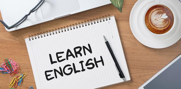 <p>La mayoría de los estudiantes universitarios y adultos insertos en el mundo del trabajo no poseen el tiempo suficiente para repasar diariamente largas listas de vocabulario cuando <a href=https://noticias.universia.pr/tag/aprender-ingl%C3%A9s title=Noticias, tips y consejos para aprender inglés target=_blank>aprenden un nuevo idioma</a>. Con el objetivo de ayudarte a <strong>mantener la calidad del aprendizaje optimizando tu tiemp</strong>o, reunimos <strong>15 tips para memorizar nuevo vocabulario en inglés sin pasar varias horas forzando tu mente </strong>para retener términos complejos.</p><blockquote style=text-align: center;><span>Aprende un nuevo idioma en 6 meses con nuestros cursos online. Solicita más información</span><a href=https://docs.google.com/a/universia.net/forms/d/1zrotG-Yu-LHTsGUDpeixGg2v7k3PNV4XXBwvvFG2Avc/viewform class=enlaces_med_leads_formacion title=Curso para aprender inglés en 6 meses target=_blank id=CURSOS>aquí</a><span>.</span></blockquote><p><strong>1. Fijar metas alcanzables</strong></p><p>Teniendo en cuenta que los estudiantes de idiomas pueden <strong>retener entre 10 y 20 palabras por hora</strong>, una meta realista es <strong>destinar 15 minutos diarios a la revsión </strong>de términos para memorizar alrededor de 25 semanalmente.<br/><br/><br/></p><p><strong>2. Aprender en red</strong></p><p>Un solo término al día puede parecer tentador porque transmite la sensación de arraigo a largo plazo. Sin embargo, <strong>nuestra mente funciona mediante asociaciones</strong> y será más fructífero si te aprendes una cartera de<strong> palabras aplicables a determinado contexto</strong> como un aeropuerto o un restaurante. Otra opción es intentar con <strong>grupos temáticos</strong> que refieran a partes del cuerpo, muebles de un hogar o artículos de papelería.<br/><br/><br/></p><p><strong>3. Evitar mezclar términos opuestos </strong></p><p>Aunque resulte cómodo <strong>aprender las palabras por oposición</strong> (hot / cold), en real