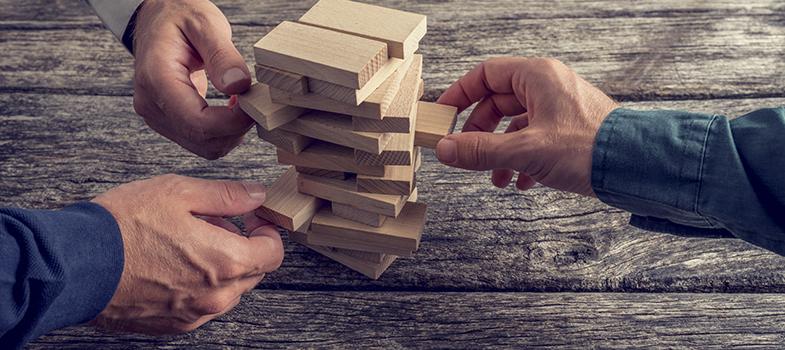 Os jogos de tabuleiro são brincadeiras muito presentes na vida dos jovens, mesmo com o avanço das tecnologias e dos <a href=https://noticias.universia.com.br/destaque/noticia/2015/06/16/1126856/aprenda-brincando-8-jogos-online-gratuitos-quimica.html title=Aprenda brincando: 8 jogos online e gratuitos de Química>jogos digitais</a>. Além de trazerem diversão, têm a capacidade de despertar características essenciais para a vida pessoal e profissional da pessoa. <strong> Leia 3 benefícios de se divertir com os jogos de tabuleiro: </strong><blockquote style=text-align: center;>Cadastre-se <span style=text-decoration: underline;><a href=https://usuarios.universia.net/registerUserComplete.action?idC=2&idS=NOTICIAS_BR class=enlaces_med_registro_universia title=Cadastre-se aqui para receber dicas de carreira target=_blank id=REGISTRO USUARIOS>aqui</a></span> para receber dicas de carreira<br/><br/></blockquote><p><span style=color: #333333;><strong>Você pode ler também:</strong></span><br/><a href=https://noticias.universia.com.br/emprego/noticia/2016/06/28/1141268/formas-resolver-erros-profissionais.html title=Formas de resolver os erros profissionais>» <strong>Formas de resolver os erros profissionais</strong></a><br/><a href=https://noticias.universia.com.br/destaque/noticia/2016/06/06/1140475/4-formas-faceis-atingir-sucesso- profissional.h title=4 formas fáceis de atingir o sucesso profissional>» <strong>4 formas fáceis de atingir o sucesso profissional</strong></a><br/><a href=https://noticias.universia.com.br/carreira title=Todas as notícias de Carreira>» <strong>Todas as notícias de Carreira</strong></a><br/><br/></p><p><strong> 1 – Melhora o tempo de reação </strong><br/> Jogos de tabuleiro podem ajudar a diminuir o tempo de reação, fazendo com que você consiga solucionar problemas mais rapidamente. A criação de estratégias para atingir os objetivos do jogo também faz com que a pessoa consiga transferir essa característica para a vida real e criar as melhores formas 