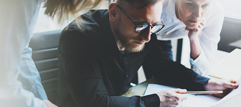 <p>Dominar uma grande quantidade de atividades faz com que os profissionais tendam a se destacar dentro do mercado de trabalho. Pensando em sempre evoluir, há algumas delas que podem ser aprendidas sem gastar nada, sendo muito interessantes para o desenvolvimento de cada um. <strong> Confira 4 aprendizados que você pode ter não gastando dinheiro: </strong></p><blockquote style=text-align: center;>Cadastre-se <span style=text-decoration: underline;><a class=enlaces_med_registro_universia title=Cadastre-se aqui para receber dicas de carreira href=https://usuarios.universia.net/registerUserComplete.action?idC=2&idS=NOTICIAS_BR target=_blank id=REGISTRO USUARIOS>aqui</a></span> para receber dicas de carreira</blockquote><p><span style=color: #333333;><strong>Você pode ler também:</strong></span></p><p><a title=Aprenda a construir uma boa imagem profissional href=https://noticias.universia.com.br/destaque/noticia/2016/06/08/1140590/aprenda-construir-boa-imagem-profissional.html>» <strong>Aprenda a construir uma boa imagem profissional</strong></a><br/><a title=4 formas fáceis de atingir o sucesso profissional href=https://noticias.universia.com.br/destaque/noticia/2016/06/06/1140475/4-formas-faceis-atingir-sucesso-profissional.html>» <strong>4 formas fáceis de atingir o sucesso profissional</strong></a><br/><a title=Todas as notícias de Carreira href=https://noticias.universia.com.br/carreira>» <strong>Todas as notícias de Carreira</strong></a></p><p></p><p><strong> 1 –<a title=5 erros para não cometer ao aprender um idioma href=https://noticias.universia.com.br/destaque/noticia/2016/06/07/1140529/5-erros-cometer-aprender-idioma.html>Novo idioma</a></strong></p><p>Aproveite as ferramentas gratuitas on-line que fornecem o estudo de novos idiomas. Além disso, você pode pedir ajuda para colegas que já são fluentes nesta língua que você deseja aprender. Bons exemplos de sites que farão com que você aprenda mais são o Duolingo e o Busuu.</p><p></p><p><strong> 2 –<a title=Ente
