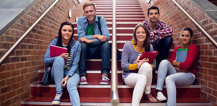 A <strong>experiência universitária</strong> vai muito além do diploma e precisa ser aproveitada ao máximo pelos estudantes. Os anos dentro da universidade são um período de aprendizado, amadurecimento, mas também de muita diversão.<br/><br/><br/><p><span style=color: #333333;><strong>Você pode ler também:</strong></span><br/><a href=https://noticias.universia.com.br/destaque/noticia/2016/06/22/1141054/4-ted-talks-estudantes.html title=4 TED Talks para estudantes>» <strong>4 TED Talks para estudantes</strong></a><br/><a href=https://noticias.universia.com.br/educacao/noticia/2016/05/20/1139912/4-melhores-aplicativos-eleitos-estudantes-stanford.html title=4 melhores aplicativos eleitos por estudantes de Stanford>» <strong>4 melhores aplicativos eleitos por estudantes de Stanford</strong></a><br/><a href=https://noticias.universia.com.br/educacao title=Todas as notícias de Educação>» <strong>Todas as notícias de Educação<br/><br/><br/></strong></a></p><p>Para ajudar a tirar o melhor desse período, confira <strong>4 coisas que todo estudante deve fazer antes de se formar</strong>:<br/><br/></p><p><strong>1. Aproveite a biblioteca</strong></p><p>Universidades costumam ter bibliotecas recheadas de livros, revistas, jornais e até filmes em DVD, <a href=https://noticias.universia.com.br/destaque/noticia/2016/06/16/1140895/4-livros-todo-estudante-estante.html title=4 livros para todo estudante ter na estante>que são emprestados aos alunos gratuitamente</a>. O que as diferencia das bibliotecas públicas comuns é quantidade de títulos específicos voltados para sua área de atuação e também, em alguns casos, a disponibilidade de acessar trabalhos de conclusão de curso e pesquisas acadêmicas de ex-alunos. Por isso, não deixe de aproveitar esse recurso.<br/><br/></p><p><strong>2. Tire um ano sabático</strong></p><p>Quando damos um start na carreira, fica mais difícil deixar as atividades da rotina de lado para<strong> se dedicar a um ano sabático</strong>. No entanto, isso pode se
