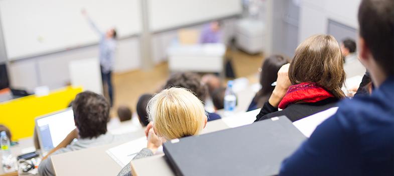 <p>Antes de ingressar em uma instituição de ensino superior, é comum que os os estudantes escutem mitos sobre os cursos universitários, o pode fazer com que tenham medo de realizar a escolha errada. A formação universitária abre muitas portas para os profissionais recém-formados e, por isso, é de grande importância. Para que você consiga entender mais sobre os cursos universitários, <strong> descubra quais são os principais mitos:</strong></p><blockquote style=text-align: center;>Encontre o curso ideal para você <span style=text-decoration: underline;><a id=CURSOS class=enlaces_med_leads_formacion title=Encontre o curso ideal para você aqui href=https://cursos.universia.com.br/ target=_blank>aqui</a></span></blockquote><p><span style=color: #333333;><strong>Você pode ler também:</strong></span><br/><a style=color: #ff0000; text-decoration: none; text-weight: bold; title=4 maneiras de estimular a capacidade de argumentação dos estudantes href=https://noticias.universia.com.br/destaque/noticia/2015/11/23/1133976/4-maneiras-estimular-capacidade-argumentacao-estudantes.html>» <strong>4 maneiras de estimular a capacidade de argumentação dos estudantes</strong></a><br/><a style=color: #ff0000; text-decoration: none; text-weight: bold; title=Estudantes que aprendem online têm melhor desempenho, diz estudo href=https://noticias.universia.com.br/destaque/noticia/2015/11/12/1133633/estudantes-aprendem-online-melhor-desempenho-diz-estudo.html>» <strong>Estudantes que aprendem online têm melhor desempenho, diz estudo</strong></a><br/><a style=color: #ff0000; text-decoration: none; text-weight: bold; title=Todas as notícias de Educação href=https://noticias.universia.com.br/educacao>» <strong>Todas as notícias de Educação</strong></a></p><p></p><p><strong> 1 – Há cursos mais fáceis que outros</strong></p><p>É comum que os cursos universitários sejam classificados em fáceis e difíceis. No entanto, tenha em mente que isso não é verdade. Cada um terá os desafios próprios e obrigará