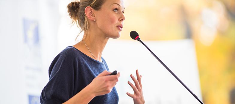 A plataforma dos TED Talks traz palestras <a href=https://noticias.universia.com.br/carreira/noticia/2015/11/24/1133981/5-ted-talks-animar-rotina.html title=5 TED Talks para animar a sua rotina>sobre diversos assuntos</a>e, entre eles, está a educação. Assim, durante o período escolar, alguns deles podem ajudar os estudantes, seja a melhorarem a motivação ou conhecerem novas formas de ensino. A seguir, <strong> confira os 4 TEDs que todo aluno deve assistir: </strong><p></p><p><span style=color: #333333;><strong>Você pode ler também:</strong></span><br/><a href=https://noticias.universia.com.br/destaque/noticia/2016/05/30/1140141/fale-melhor-publico-dicas-apresentadores-teds.html title=Fale melhor em público com as dicas de apresentadores de TEDs>» <strong>Fale melhor em público com as dicas de apresentadores de TEDs</strong></a><br/><a href=https://noticias.universia.com.br/destaque/noticia/2015/12/01/1134278/5-ted-talks-imperdiveis-sobre-design.html title=5 TED Talks imperdíveis sobre design>» <strong>5 TED Talks imperdíveis sobre design</strong></a><br/><a href=https://noticias.universia.com.br/educacao title=Todas as notícias de Educação>» <strong>Todas as notícias de Educação</strong></a><br/><br/></p><p><strong> 1 – Elizabeth Gilbert em: alimentando a criatividade <br/></strong><br/><iframe width=640 height=360 style=display: block; margin-left: auto; margin-right: auto; src=https://embed-ssl.ted.com/talks/elizabeth_gilbert_on_genius.html frameborder=0 scrolling=no webkitallowfullscreen=webkitallowfullscreen mozallowfullscreen=mozallowfullscreen allowfullscreen=allowfullscreen></iframe><br/> Em seu TED, Elizabeth Gilbert foca em falar sobre pessoas criativas e ajudá-las a gerir todas as implicações por serem dessa maneira. Por meio do seu relato pessoal, ela consegue abrir os horizontes sobre o que é a criatividade e pode ser um aprendizado interessante para os estudantes.</p><p><strong><br/>2 – Dan Pink e a surpreendente ciência da motivação <br/></strong><br