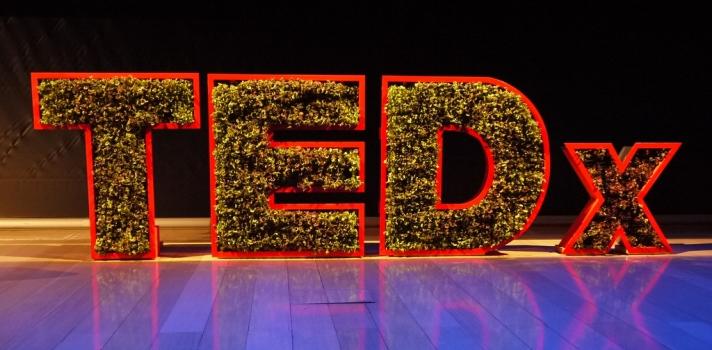 La organización TED ofrece grandes recursos a la sociedad para conocer y compartir experiencias enriquecedoras