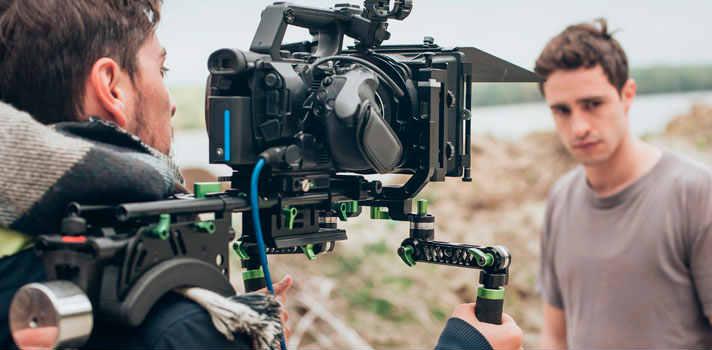 La industria cinematográfica es amplia y da cabida a diversos perfiles profesionales: desde técnicos de iluminación hasta directores