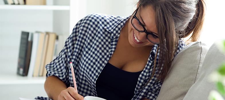 <p><a href=https://noticias.universia.com.br/destaque/noticia/2015/08/25/1130316/4-truques-escrever-melhor.html title=4 truques para escrever melhor>Ao escrever textos</a>, é importante que o escritor pense em todos os detalhes para causar o impacto que deseja nos seus leitores. No entanto, muitos deles não são intuitivos e fazem com que o índice de pessoas que entrem em contato com o texto diminua consideravelmente. Pensando em potencializar o alcance de todos os materiais que você escreve, <strong> confira as dicas: </strong></p><p></p><p><span style=color: #333333;><strong>Você pode ler também:</strong></span><br/><a href=https://noticias.universia.com.br/destaque/noticia/2016/02/03/1136025/5-vantagens-escrever-frequencia.html title=5 vantagens de escrever com frequência>» <strong>5 vantagens de escrever com frequência</strong></a><br/><a href=https://noticias.universia.com.br/cultura/noticia/2016/02/03/1136026/7-dicas-escrever-livro.html title=7 dicas para escrever um livro>» <strong>7 dicas para escrever um livro</strong></a><br/><a href=https://noticias.universia.com.br/carreira title=Todas as notícias de Carreira>» <strong>Todas as notícias de Carreira</strong></a><br/><a href=https://noticias.universia.com.br/emprego title=Todas as notícias de Emprego><br/></a></p><p><strong> 1 – Tenha rigor na escrita</strong></p><p>O ponto principal para que seu texto seja valorizado é estar bem escrito. Preocupe-se em respeitar as regras gramaticais e ortográficas, dando grande enfoque também para a coesão e coerência do seu texto. Quanto melhor você escrever, maiores as chances de encantar seus leitores.</p><p></p><p><strong> 2 – Não escolha as imagens erradas</strong></p><p>Além do rigor com a linguagem, é importante escolher imagens que condigam com a mensagem que você deseja passar. Escolha fotos chamativas e que tenham relação com o conteúdo do texto que você produziu.</p><p></p><p><strong> 3 – Estabeleça um tempo para escrever</strong></p><p>A correria pode ser um d
