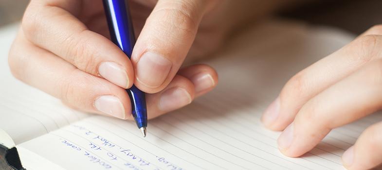 <p>Durante o Ensino Médio, os estudantes são submetidos a uma série de redações, visando os bons resultados nos vestibulares. A prática constante é a melhor forma para conseguir boas notas e, principalmente, se sentir mais familiarizado com a produção de textos. Para ir bem nas redações dos vestibulares, <strong> conheça algumas dicas de escrita: </strong></p><p></p><p><span style=color: #333333;><strong>Você pode ler também:</strong></span></p><p><strong><a style=color: #ff0000; text-decoration: none; text-weight: bold; title=Enem 2015: o passo a passo para garantir uma boa nota na redação href=https://noticias.universia.com.br/destaque/noticia/2015/10/19/1132469/enem-2015-passo-passo-garantir-boa-nota-redacao.html>» Enem 2015: o passo a passo para garantir uma boa nota na redação</a></strong><br/><strong><a style=color: #ff0000; text-decoration: none; text-weight: bold; title=# 5 vantagens de escrever com frequência href=https://noticias.universia.com.br/destaque/noticia/2016/02/03/1136025/5-vantagens-escrever-frequencia.html>» 5 vantagens de escrever com frequência</a></strong><br/><a style=color: #ff0000; text-decoration: none; text-weight: bold; title=Todas as notícias de Educação href=https://noticias.universia.com.br/educacao>» <strong>Todas as notícias de Educação</strong></a></p><p></p><p><strong> 1 – Escolha a linguagem</strong></p><p>É importante se preocupar com o rigor da linguagem ao escrever um texto para a escola. Não use gírias ou abreviações de palavras, respeitando a norma culta da língua portuguesa. Evite também a repetição de palavras, para que o texto mantenha a coesão e fluidez necessárias para conseguir uma boa nota.</p><p></p><p><strong> 2 –<a title=4 truques infalíveis para ter mais foco href=https://noticias.universia.com.br/carreira/noticia/2015/09/25/1131676/4-truques-infaliveis-foco.html>Preste atenção no tipo de texto</a></strong></p><p>Você precisa dominar diversos tipos de textos para não ser pego de surpresa no momento do vestibular
