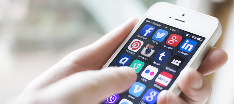 <p>As <a title=Veja como colocar sua marca pessoal nas suas redes sociais href=https://noticias.universia.com.br/carreira/noticia/2015/08/13/1129853/veja-colocar-marca-pessoal-redes-sociais.html>redes sociais</a>podem ser uma grande distração durante os estudos, diminuindo a produtividade dos alunos. No entanto, há formas de fazer com que elas sejam <a title=9 hábitos para potencializar o seu aprendizado href=https://noticias.universia.com.br/destaque/noticia/2015/07/27/1128935/9-habitos-potencializar-aprendizado.html>aliadas no processo de aprendizado</a>, ajudando no desenvolvimento intelectual. <strong> Veja como você pode fazer com que as redes sociais deixem de ser um problema e passem a ser uma motivação para os estudos: </strong></p><p></p><p><span style=color: #333333;><strong>Você pode ler também:</strong></span><br/><br/><a style=color: #ff0000; text-decoration: none; text-weight: bold; title=Conheça: 6 redes sociais para melhorar seus estudos href=https://noticias.universia.com.br/destaque/noticia/2015/09/28/1131713/conheca-6-redes-sociais-melhorar-estudos.html>» <strong>Conheça: 6 redes sociais para melhorar seus estudos</strong></a><br/><a style=color: #ff0000; text-decoration: none; text-weight: bold; title=6 ferramentas para melhorar seu uso das redes sociais href=https://noticias.universia.com.br/carreira/noticia/2015/09/01/1130618/6-ferramentas-melhorar-uso-redes-sociais.html>» <strong>6 ferramentas para melhorar seu uso das redes sociais</strong></a><br/><a style=color: #ff0000; text-decoration: none; text-weight: bold; title=Todas as notícias de Educação href=https://noticias.universia.com.br/educacao>» <strong>Todas as notícias de Educação</strong></a></p><p></p><p><strong> 1 – Estabeleça horários específicos</strong></p><p>Ao checar seu celular o tempo todo, você não conseguirá ter um bom rendimento nos estudos. Por isso, quando você começar a estudar, determine em qual horário do dia irá olhar suas redes sociais. Respeite o cronograma que você 