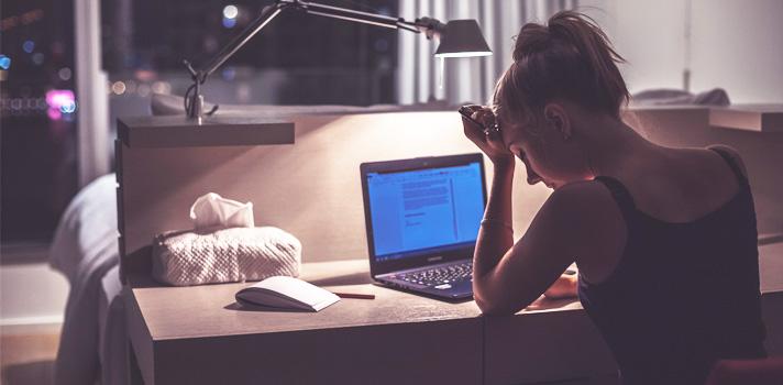 Robarle horas al sueño para estudiar no es un método viable y afectará a tu salud