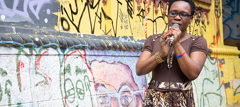 <p>O projeto <strong>Abraço Cultural</strong> já está em sua 5ª edição, no entanto, apesar da relevância social, ainda é conhecido por poucos. Idealizada na cidade de São Paulo, pelo <strong>Instituto Adus</strong>, de reintegração do refugiado, e pela <strong>plataforma Atados</strong>, a iniciativa tem como objetivo inserir refugiados no mercado de trabalho, por meio de aulas de idioma e cultura, e promover trocas de experiências entre <strong>brasileiros e estrangeiros</strong>.</p><p></p><p><span style=color: #333333;><strong>Você pode ler também:</strong></span><br/><br/><a style=color: #ff0000; text-decoration: none; text-weight: bold; title=Refugiados poderão aprender português de graça href=https://noticias.universia.com.br/destaque/noticia/2015/11/30/1134240/refugiados-poderao-aprender-portugues-graca.html>» <strong>Refugiados poderão aprender português de graça</strong></a><br/><a style=color: #ff0000; text-decoration: none; text-weight: bold; title=Garota afegã passou 5 anos se vestindo de menino para poder estudar href=https://noticias.universia.com.br/destaque/noticia/2015/11/18/1133829/garota-afega-passou-5-anos-vestindo-menino-poder-estudar.html>» <strong>Garota afegã passou 5 anos se vestindo de menino para poder estudar</strong></a><br/><a style=color: #ff0000; text-decoration: none; text-weight: bold; title=Todas as notícias de Educação href=https://noticias.universia.com.br/educacao>» <strong>Todas as notícias de Educação</strong></a></p><p></p><p>Nos últimos anos, milhares de imigrantes chegaram ao Brasil, vindos de países devastados pela guerra, fome e conflitos políticos, como Síria, Haiti e algumas nações africanas. Grande parte deles <strong>não consegue se recolocar profissionalmente</strong>, apesar da formação acadêmica e experiência profissional. Entre os empecilhos está a língua, as diferenças culturais e, também, o preconceito.</p><p></p><p>Criado em abril de 2015, o Abraço Cultural já transformou a vida de 28 refugiados, que atuam como