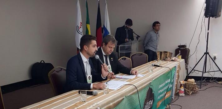 Na imagem, o diretor geral da Universia Brasil (à direita) Anderson Pereira e o presidente da Abruem, Prof. Dr. Aldo Nelson Bona