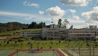 <p style=text-align: justify;>El <strong><a href=https://www.mineducacion.gov.co/1621/w3-channel.html target=_blank>Ministerio de Educación Nacional</a></strong>(MEN) renovó la acreditación institucional de alta calidad de la <strong><a href=https://www.escuelaing.edu.co/es/ target=_blank>Escuela de Ingeniería de Antioquia </a></strong>(EIA), hasta el año 2021, por medio de la Resolución 00592 del pasado 9 de enero. Esta distinción es un <strong>premio a la constancia, la perseverancia, la responsabilidad y, ante todo, a la filosofía institucional</strong> consagrada a la formación de profesionales de la más alta calidad.</p><p style=text-align: justify;><br/><br/>Adriana Granda Atehortúa, directora de Autoevaluación EIA, señala que la renovación de la acreditación institucional reconoce el crecimiento y mejoramiento institucional en los últimos cuatro años. El MEN destaca, entre otras aspectos, el compromiso con la misión «fundamentada en su naturaleza, tradición y <strong>mandatos logrados bajo el lema Ser, Saber y Servir</strong> y en un sólido compromiso con la sociedad».</p><p style=text-align: justify;><br/><br/>En la resolución el MEN también destacó el número de profesionales graduados, la productividad de los grupos de investigación, la internacionalización, la destacada formación profesoral, que hoy alcanza un 22 % de los profesores de planta con doctorado.</p><p style=text-align: justify;><br/><br/>«La renovación de la acreditación institucional <strong>es un nuevo punto de partida, una posibilidad de mejoramiento que convierte la búsqueda de la calidad</strong> y la excelencia en ejercicios inacabados, en aspiraciones que se materializan cada vez que se entregan profesionales integrales a la sociedad», afirma la Directora de Autoevaluación de la Escuela de Ingeniería de Antioquia.</p>