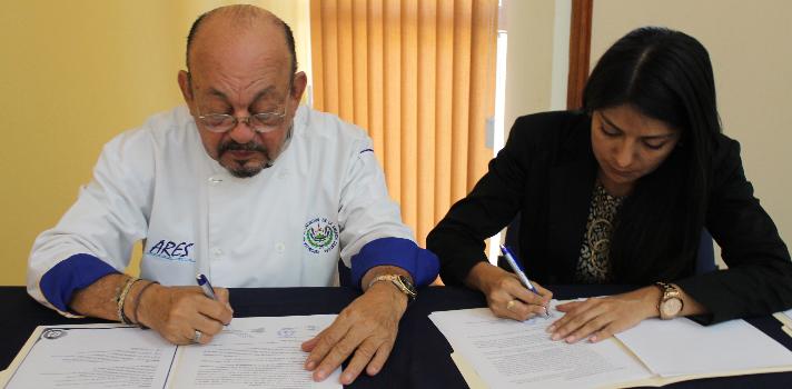 <p>La <a href=https://www.universia.com.sv/universidades/universidad-don-bosco/in/37182 target=_blank>Universidad Don Bosco (UDB)</a>y la <strong>Asociación de Restaurantes de El Salvador (ARES)</strong> firmaron días atrás un convenio interinstitucional que tiene por fin <strong>fortalecer el capital humano </strong>de la Asociación y <strong>enriquecer las prácticas profesionales</strong> de los estudiantes de la <strong>Licenciatura en Idiomas con especialidad en Turismo</strong> de la Universidad.</p><p><br/>El acuerdo permitirá <strong>consolidar las competencias profesionales de los estudiante</strong>s de dicha carrera a través del aporte de sus conocimientos en las diferentes áreas de interés de la Asociación y las empresas afiliadas a ésta.</p><p><br/>Como parte de los acuerdos, <strong>el personal de ARES será formado</strong> en temas como idiomas (inglés y francés), servicio al cliente, mercadeo, comunicación organización entre otras, por medio de talleres especializados, diseñados e implementados desde la <strong>Escuela de Idiomas</strong> de la Universidad Don Bosco.</p><p><br/>Para<strong> Kenny Girón</strong>, decana de la Facultad de Ciencias y Humanidades de la UDB, esta alianza reafirma el compromiso de ambas instituciones, no sólo con los estudiantes; sino con toda la sociedad. Estamos convencidos que esta <strong>vinculación universidad –empresa</strong> nos permite fortalecer el quehacer de ambas instituciones. Desde el 2015 trabajamos en conjunto para asegurar la creación y transferencia de nuevo conocimiento, la diversificación de ofertas y la potenciación de la innovación como valor agregado al desarrollo social de nuestro país, aseveró.<br/><br/></p><p><strong>La carrera en la UDB<br/><br/></strong></p><p>El Licenciado en Idiomas con especialidad en Turismo de la Universidad Don Bosco es un <strong>gestor y asesor de turismo que domina diversas lenguas y está capacitado para facilitar intercambios culturales entre personas y organismos</st