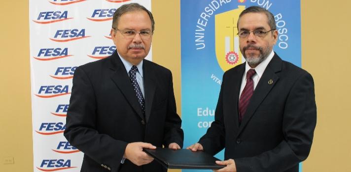 """<p>La <a href=https://www.universia.com.sv/universidades/universidad-don-bosco/in/37182 target=_blank>Universidad Don Bosco (UDB)</a>y la <a href=https://fesaelsalvador.org/ target=_blank>Fundación Educando a un Salvadoreño (FESA)</a>suscribieron recientemente un convenio marco de colaboración que brindará oportunidades de<strong> formación académica y deportiva</strong> de jóvenes salvadoreños.</p><p><br/>La alianza entre las instituciones permitirá que los jóvenes deportistas de las diferentes federaciones que estudian en el Colegio especializado de atletas de alta competencia de FESA <strong>continúen sus estudios de educación superior en cualquiera de las áreas de especialización de la Universidad</strong>, mediante becas otorgadas.</p><p><br/>El rector de la UDB, <strong>Humberto Flores</strong>, destacó que con esta vinculación """"se está aportando a la mejora sustancial de nuestro país, apoyando a la juventud, un sector por quien Don Bosco trabajó hasta los últimos días de su vida"""" y agregó que ese legado """"lo perpetuamos con este convenio que apoyará a los jóvenes que son el presente y nuestro futuro"""".</p><p><br/>Por su parte <strong>Humberto Guillermo Cuestas</strong>, vicepresidente de FESA destacó que el objetivo del convenio es apoyar a la juventud salvadoreña a través del deporte unido a la formación académica y formación en principios y valores.</p><p><br/>Entre otras cosas este acuerdo permitirá además la <strong>gestión de pasantías, horas sociales, voluntariado y realización de proyectos con financiamiento externo</strong>. Además se espera realizar <strong>cursos, seminarios y conferencias</strong>.</p>"""