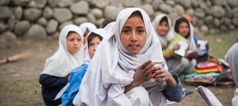 Afegã premiada pela ONU é criadora de escola para meninas refugiadas no Paquistão