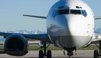 <p style=text-align: justify;></p><p style=text-align: justify;>La <strong>Escuela de Aeronáutica</strong> de la<a href=https://estudios.universia.net/puerto-rico/institucion/universidad-interamericana-puerto-rico><strong> Universidad Interamericana de Puerto Rico (UIPR)</strong></a> y<strong> Airways New Zealand</strong>firmaron un convenio mediante el cual nuestro país se convertirá en el <strong>Primer Centro de Capacitación para el Control de Tráfico Aéreo Internacional en Latinoamérica.</strong></p><p style=text-align: justify;><br/>Se trata de un acuerdo que<strong> permitirá a los estudiantes de la Escuela Aeronáutica de la UIPR trabajar con los sofisticados equipos de dicha compañía aérea</strong>, la cual cuenta con la más alta tecnología en lo que a la aviación refiere.</p><p style=text-align: justify;><br/>De acuerdo con <strong>Sharon Cooke</strong>, la directora de adiestramientos de <strong>Airway New Zealand</strong> y el licenciado <strong>Manuel J. Fernós</strong>, presidente de la <strong>UIPR</strong>, los alumnos podrán gestionar y operar instalaciones de adiestramiento para el control de tráfico aéreo internacional, recursos didácticos, simuladores de aeródromo y de radar, así como sistemas de control de calidad y apoyo de capacitación.</p><p style=text-align: justify;>Vale destacar que los programas computadorizados proporcionan realismo y gráficas tridimensionales de alta definición, así como emulación completa del espacio aéreo.</p><p style=text-align: justify;>Ambos representantes sostuvieron que <strong>esta firma convertirá a Puerto Rico en el centro de intercambio educativo para el control de tráfico aéreo internacional más importante del Cono Sur.</strong></p><p style=text-align: justify;>Las dos partes expresaron su orgullo y felicidad de poner en marcha un emprendimiento de tal magnitud, debido que proporciona una solución completa de capacitación en control de tráfico aéreo para toda la región, además de contribuir a la formación de f