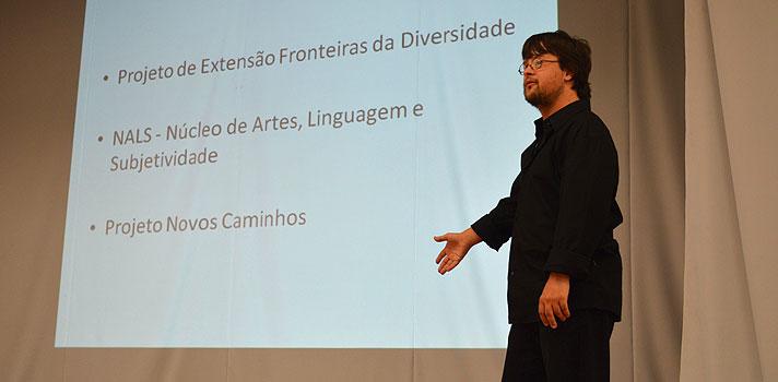 """<p>O aluno Gabriel Nogueira conquistou um dos maiores sonhos de todo universitário: <strong>formar-se com nota 10 no TCC</strong>. Estudante de teatro na <strong>Universidade Federal de Pelotas (UFPel)</strong>, Gabriel tem Síndrome de Down e aproveitou o trabalho de conclusão de curso para falar sobre igualdade e oportunidades.</p><p></p><p><span style=color: #333333;><strong>Você pode ler também:</strong></span><br/><br/><a style=color: #ff0000; text-decoration: none; text-weight: bold; title=Primeira professora com Síndrome de Down recebe prêmio de educação href=https://noticias.universia.com.br/destaque/noticia/2015/10/30/1133136/primeira-professora-sindrome-down-recebe- premio-educacao.html>» <strong>Primeira professora com Síndrome de Down recebe prêmio de educação</strong></a><br/><a style=color: #ff0000; text-decoration: none; text-weight: bold; title=Indiano com paralisia cerebral é PhD em tecnologia href=https://noticias.universia.com.br/destaque/noticia/2015/12/03/1134384/indiano-paralisia-cerebral-phd-tecnologia.html>» <strong>Indiano com paralisia cerebral é PhD em tecnologia</strong></a><br/><a style=color: #ff0000; text-decoration: none; text-weight: bold; title=Todas as notícias de Educação href=https://noticias.universia.com.br/educacao>» <strong>Todas as notícias de Educação</strong></a></p><p></p><p>No início deste mês, o estudante reuniu uma plateia calorosa, composta por amigos, familiares e professores, para o seu primeiro grande ato: a banca de apresentação do TCC. Sob o título """"Oficina de Teatro Down: Todos Somos Capazes de Fazer Tudo"""", o trabalho foi bastante elogiado pelos avaliadores e acabou levando a nota máxima.</p><p></p><p>Para a apresentação, Gabirel interpretou uma das cenas mais famosas de Hamlet, obra do grande escritor e dramaturgo inglês William Shakespeare, e convidou o grupo Novos Caminhos, projeto de diversidade do Núcleo de Artes, Linguagens e Subjetividade da UFPel, para realizar um exercício teatral. Seu objetivo era compr"""