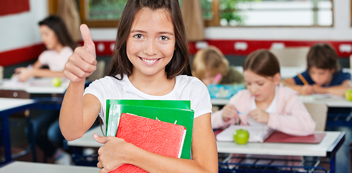 <p>La <strong>transición a una escuela nueva</strong> o incluso al comenzar la universidad requiere que tengas en cuenta algunas cuestiones para empezar con el pie derecho. Probablemente te atemorice la idea de no conocer el nuevo espacio ni a ninguna persona; pero esto no durará más que unos días si sigues los consejos que presentamos a continuación para que logres <strong>adaptarte a una escuela nueva</strong>.</p><p><br/><span style=color: #ff0000;><strong>Lee también</strong></span><br/><a style=color: #666565; text-decoration: none; title=Como lidiar con el estrés de la universidad href=https://noticias.universia.com.ec/educacion/noticia/2015/10/27/1132961/lidiar-estres-universidad.html>» <strong>Como lidiar con el estrés de la universidad</strong></a><br/><a style=color: #666565; text-decoration: none; title=Cómo tomar buenos apuntes en clase href=https://noticias.universia.com.ec/educacion/noticia/2015/07/22/1128694/como-tomar-buenos-apuntes-clase.html>» <strong>Cómo tomar buenos apuntes en clase</strong></a><br/><br/></p><p></p><p><strong>5 consejos para adaptarte a una nueva escuela</strong></p><p></p><p><strong>1 – Ve a la escuela antes del primer día</strong></p><p>Realizar un recorrido por la escuela antes del primer día de clase te dará más seguridad para cuando este momento llegue. Ve un día antes e <strong>identifica dónde están los lugares más importantes</strong>, como tu salón de clases, el baño y la cafetería.</p><p></p><p><strong>2 – Estudia y participa</strong></p><p>La experiencia en la escuela va más allá de ser un buen estudiante y tener buenas notas, pero sin embargo ese es el fin máximo. <strong>Estudia desde el primer día y participa</strong> en clase, siempre <strong>siendo receptivo sobre el punto de vista</strong><strong>del resto</strong> y no imponiendo el tuyo como si se tratara de una verdad absoluta.</p><p></p><p><strong>3 – Participa en actividades extracurriculares</strong></p><p>Averigua que actividades extracurriculares se desa