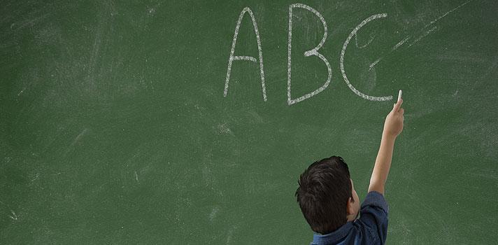 <p>O <strong>NSE</strong>, índice calculado pelo <strong>Instituto Nacional de Estudos e Pesquisas Educacionais Anísio Teixeira (Inep)</strong>, mede o rendimento escolar dos estudante de diferentes níveis socioeconômicos na Prova Brasil, que é aplicada a cada dois anos pelo Governo Federal com objetivo de medir o <strong>desempenho dos alunos em Matemática e Português</strong>.</p><p></p><p><span style=color: #333333;><strong>Veja também:</strong></span><br/><a style=color: #ff0000; text-decoration: none; text-weight: bold; title=MEC prorroga prazo de renovação para contratos do Fies href=https://noticias.universia.com.br/destaque/noticia/2015/10/30/1133124/mec-prorroga-prazo-renovacao-contratos-fies.html>» <strong>MEC prorroga prazo de renovação para contratos do Fies</strong></a><br/><a style=color: #ff0000; text-decoration: none; text-weight: bold; title=Mais de 10 milhões de crianças não vão à escola devido a conflitos, aponta UNICEF href=https://noticias.universia.com.br/destaque/noticia/2015/09/04/1130841/10-milhes-criancas-vao-escola-devido-conflitos-aponta-unicef.html>» <strong>Mais de 10 milhões de crianças não vão à escola devido a conflitos, aponta UNICEF</strong></a><br/><a style=color: #ff0000; text-decoration: none; text-weight: bold; title=Todas as notícias de Educação href=https://noticias.universia.com.br/educacao>» <strong>Todas as notícias de Educação</strong></a></p><p></p><p>A última edição do NSE, referente ao ano de 2013, constatou que a <strong>diferença do desempenho das crianças que estudam nas escolas pública mais ricas e pobres do país tem crescido nos últimos anos</strong>. Em 2005, tendo como referência o 5º ano escolar, os 20% mais ricos fizeram 20,34 pontos a mais do que os mais pobres na prova de Língua Portuguesa. Em 2013, foram 42,7 pontos a mais. Já em Matemática, a diferença aumento de 20,03 pontos para 47,97.</p><p></p><p>Para os alunos do 9º ano, a diferença entre as notas não foi tão alarmante, mais ainda representou um aumen