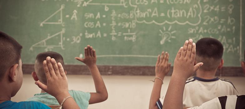 Entre os anos de 2009 e 2015, notou-se um aumento na <a href=https://noticias.universia.com.br/educacao/noticia/2016/09/12/1143555/educacao-ficou-7-10-cara-paulo-aponta-fecomercio-sp.html title=Educação ficou 7,10% mais cara em São Paulo, aponta Fecomercio-SP>diferença entre o desempenho escolar dos alunos de escolas públicas mais pobres e mais ricas</a>. Apesar de uma melhora geral nas notas dos estudantes da rede pública, a desigualdade de renda ainda fomenta essas diferenças nas avaliações. Os dados pertencem a um <strong>estudo encomendado pelo Jornal O Estado de São Paulo ao Instituto Ayrton Senna</strong>, com base nos <strong>resultados da Prova Brasil</strong> dos alunos de 1º a 5º ano do ensino fundamental.<br/><br/><p><span style=color: #333333;><strong>Você pode ler também:</strong></span><br/><a href=https://noticias.universia.com.br/educacao/noticia/2016/09/08/1143441/saeb-2015-alunos-ensino-medio-pior-nota-matematica-desde-2005.html title=Saeb 2015: alunos do ensino médio têm pior nota em matemática desde 2005>» <strong>Saeb 2015: alunos do ensino médio têm pior nota em matemática desde 2005</strong></a><br/><a href=https://noticias.universia.com.br/destaque/noticia/2016/09/08/1143466/ensino-medio-segue-desempenho-estagnado-alcanca-meta-ideb-2015.html title=Ensino médio segue com desempenho estagnado e não alcança meta do Ideb 2015>» <strong>Ensino médio segue com desempenho estagnado e não alcança meta do Ideb 2015</strong></a><br/><a href=https://noticias.universia.com.br/educacao title=Todas as notícias de Educação>» <strong>Todas as notícias de Educação<br/><br/></strong></a></p><p><strong>Pobreza e desigualdade na educação</strong></p><p>Segundo o levantamento, <strong>a Região Norte apresentou a maior desigualdade entre as notas</strong>, com Amazonas ocupando o topo do ranking. O estado apresentou as principais disparidades do País nas duas disciplinas avaliadas pela Prova Brasil: <strong>Português, com uma diferença de 48,6 pontos, e Matemática