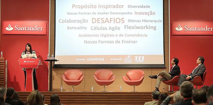"""""""Alguém já usou o Uber? E quem não foi a uma agência bancária no último mês? """", perguntou a <strong>vice-presidente de Recursos Humanos do Banco Santander, Vanessa Lobato</strong>, aos participantes do primeiro dia do Seminário de Universidade e Empregabilidade da Universia Brasil, realizado na terça-feira (20), em São Paulo. <p></p><p></p><span style=color: #333333;><strong>Você pode ler também:</strong></span><br/><a href=https://noticias.universia.com.br/educacao/noticia/2016/09/20/1143830/universia-brasil-promove-seminario-sobre-universidade-empregabilidade.html title=Universia Brasil promove seminário sobre Universidade e Empregabilidade>» <strong>Universia Brasil promove seminário sobre Universidade e Empregabilidade</strong></a><p></p><p></p> Após uma série de braços erguidos em resposta aos dois questionamentos, Vanessa explicou o motivo da provocação. """"Não preciso dizer mais nada. O mundo mudou, e mudou mesmo! Por isso, <strong>precisamos de novos talentos dentro desse contexto</strong>"""", disse a vice-presidente. <p></p><p></p> Segundo Vanessa, o Banco Santander tem feito movimentos nesse sentido, nas mais diversas áreas e serviços oferecidos pela empresa. """"Temos a Conta Super, que é totalmente digital e permite fazer folha de pagamento, utilizar com os filhos[...}. Temos na agência o conceito de clique único, em que várias páginas de contrato serão substituídas por um único clique. Isso muda a relação do funcionário com todo o entorno e não é mais futuro. Isso é presente"""", conta. <p></p><p></p> Diante desse cenário, a vice-presidente afirmou que a expectativa do Santander na busca por jovens colaboradores mudou e que essas novas exigências têm muito a ver com o perfil do trainee. """"Desde 2009, não tínhamos programas de trainee e voltamos esse ano, o que é muito oportuno"""". <p></p><p></p><strong>TRAINEE, O LÍDER DO FUTURO</strong><p></p><p></p> Vanessa conta que o perfil do recém-formado desejado pelo banco foi construído a muitas mãos. """"Contamos com executiv"""
