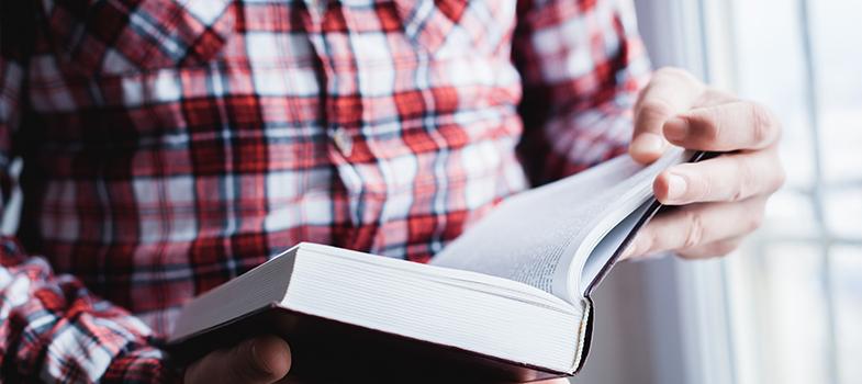 <p><a title=Confira os benefícios da leitura diária href=https://noticias.universia.com.br/cultura/noticia/2016/02/23/1136596/confira-beneficios-leitura-diaria.html>Ler muitos livros</a>ao longo do ano é uma atividade difícil, principalmente pela quantidade de tarefas que precisam ser realizadas ao longo do dia. No entanto, existem algumas dicas que podem fazer com que a produtividade pessoal aumente e, consequentemente, a quantidade de livros lidos. <strong> Confira:</strong></p><p></p><blockquote style=text-align: center;>Cadastre-se <span style=text-decoration: underline;><a id=LIVROS class=enlaces_med_leads_formacion title=Cadastre-se aqui para baixar mais de 2 mil livros grátis href=https://livros.universia.com.br/ target=_blank>aqui</a></span> para baixar mais de <strong>2.000 livros grátis</strong></blockquote><p><span style=color: #333333;><strong>Você pode ler também:</strong></span><br/><br/><a style=color: #ff0000; text-decoration: none; text-weight: bold; title=Fuvest divulga lista de leituras obrigatórias para os próximos três vestibulares href=https://noticias.universia.com.br/educacao/noticia/2016/03/11/1137297/fuvest-divulga-lista-leituras- obrigatorias-proximos-vestibulares.html>» <strong>Fuvest divulga lista de leituras obrigatórias para os próximos três vestibulares</strong></a><br/><a style=color: #ff0000; text-decoration: none; text-weight: bold; title=7 livros indicados por Mark Zuckerberg href=https://noticias.universia.com.br/cultura/noticia/2016/02/24/1136646/7-livros-indicados-mark-zuckerberg.html>» <strong>7 livros indicados por Mark Zuckerberg</strong></a><br/><a style=color: #ff0000; text-decoration: none; text-weight: bold; title=Todas as notícias de Educação href=https://noticias.universia.com.br/educacao>» <strong>Todas as notícias de Educação</strong></a></p><p></p><p><strong> 1 – Pare de ler em momentos interessantes</strong></p><p>Por melhor que esteja a leitura, uma boa dica para que você continue empolgado é parar em boas partes 