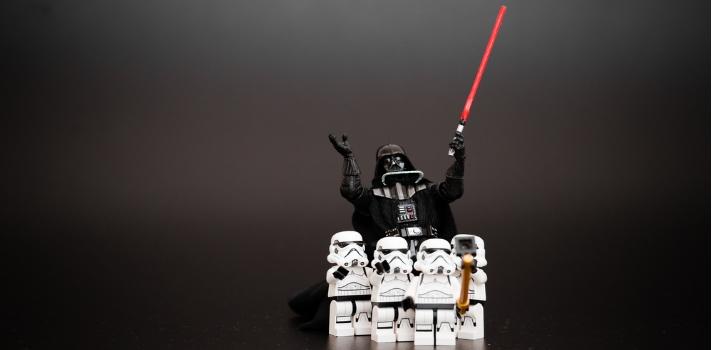"""<p><a href=https://noticias.universia.net.mx/cultura/noticia/2015/11/17/1133764/star-wars-repaso-trilogia-clasica.html title=Star Wars target=_blank>Star Wars</a> es una de las <strong>sagas de fantasía más famosas en la historia del cine</strong>. Con 7 películas ya publicadas (y dos en proceso de producción) la creación de George Lucas se ha ganado la simpatía de millones alrededor del mundo. La historia ha servido como <strong>inspiración para diferentes esferas de la vida humana</strong>, entre ellas, <strong>la educación</strong>, desde donde se pueden extraer diferentes técnicas y enseñanzas.<br/><br/></p><p>Esta saga ha tenido un fuerte impacto en <strong>la cultura popular</strong> por representar toda una revolución en el cine de ciencia ficción y es una fuente inagotable de <strong>recursos filosóficos y sociológicos</strong>. Las diferentes visiones ideológicas, los valores transmitidos, la importancia de la verdad y la moral y la historia de cada personaje <strong>han dado mucho que pensar a los seguidores</strong> de la increíble saga.<br/><br/></p><p>En el <strong>área de la educación</strong> se puede aprender mucho sobre Star Wars. Podemos utilizar """"La fuerza"""" para inclinar a los jóvenes """"padwan"""" (aprendices) hacia <strong>la búsqueda de la sabiduría y el conocimiento</strong>, aprendiendo siempre de <strong>los docentes</strong>, quienes serán sus guías. La humildad, la paciencia y la curiosidad son valores altamente alentados y necesarios para aquellos jóvenes que quieren seguir """"el lado luminoso de la fuerza"""" y convertirse en todo lo que siempre soñaron.<br/><br/></p><p>Si eres profesor y quieres <strong>enseñar a tus estudiantes</strong> de manera dinámica y divertida, tenemos la solución para ti. A continuación te compartimos algunas ideas sobre cómo puedes <strong>trabajar tus contenidos curriculares inspirándote en Star Wars</strong>.<br/><br/></p><ul><li><strong>Analiza el lenguaje del Yoda</strong>: Yoda, personaje central en la saga, tiene """