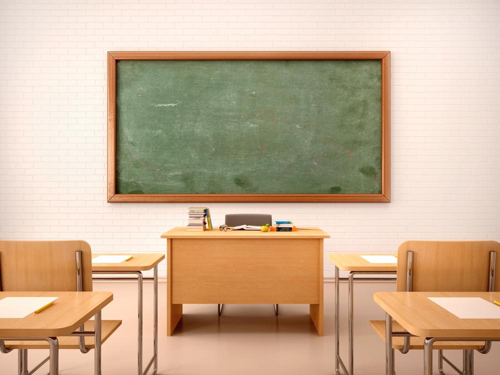 <p>Em tempos de tanta modernidade, conexões e dispositivos eletrônicos, é importante deixar claro que, pelo menos até o momento, ainda não há um recurso que tenha substituído a sala de aula no processo de ensino.</p><p>Os cursos presenciais, dentro do ambiente estudantil, com um professor que transmite ou faz a mediação da discussão de conteúdos é o formato utilizado na grande maioria das instituições brasileiras.</p><p>Ou seja, mesmo que, pelo seu dia a dia, você não tenha tanta facilidade, ou mesmo disposição, para acompanhar esses processos, é importante incorporar à sua rotina algumas práticas que possam fortalecer seus vínculos com o aprendizado em sala de aula.</p><p>Reunimos abaixo algumas dicas para seus estudos. Algumas delas podem parecer um tanto óbvias, mas acredite, estar com esses pontos em dia pode ser um <em>up</em> para sua capacidade de assimilar as informações na classe – e otimizar seu tempo de estudo e lazer em casa.</p><p></p><h2><strong>Perguntas que vão te ajudar a aprender melhor em sala de aula</strong></h2><h2></h2><h2><strong>Estou dormindo o suficiente?</strong></h2><p>Esse questionamento serve para os períodos diurno, vespertino ou noturno. É fundamental estar com o sono em dia para encarar qualquer tipo de conteúdo em sala de aula.</p><p>Se for o caso, comece as mudanças dentro de casa, estabelecendo um horário de descanso que possibilite o número de horas de sono ideal para seu bem estar. Faça o teste!</p><p></p><h2><strong>Tenho hábito de leitura?</strong></h2><p>Acredite: ler é um excelente remédio para aprimorar sua capacidade de concentração e, assim, influenciar positivamente na hora dos estudos.</p><p>E aqui não estamos falando somente dos conteúdos em sala de aula. Aproveite os momentos mais relaxados em casa para abrir e acompanhar as histórias de um bom livro de sua preferência. É claro, tudo em seu tempo, para uma rotina não atrapalhar a outra.</p><p></p><h2><strong>Está anotando?</strong></h2><p>Apesar de uma tendência digi