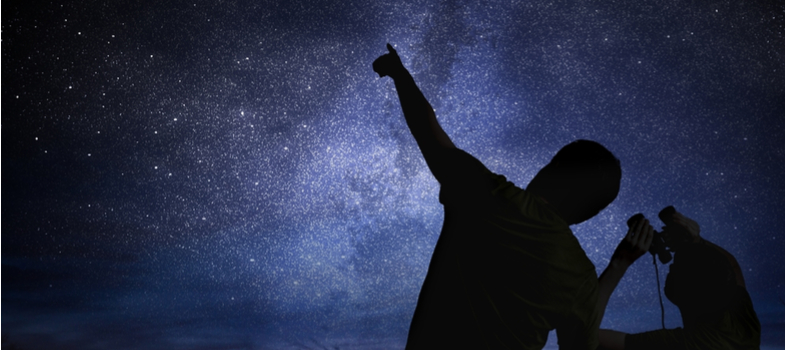 """<h2>O que é Astronomia?</h2><p>A Astronomia é uma das ciência mais antigas, dedicada à observação do universo, suas partes e seus fenômenos. Por """"partes"""" são entendidos o Sol, a Lua, estrelas, planetas, gases, galáxias, cometas, poeira e outros elementos alheios à atmosfera terrestre.</p><p>A NASA, agência dos EUA dedicada à área, define de forma mais categórica: """"a Astronomia é o estudo das estrelas, do planeta e do espaço"""".</p><p>Com raízes na Antiguidade, período entre 4000 e 3000 a.C., a Astronomia definiu uma série de convenções e parâmetros das mais diversas civilizações, com ramificações que atingem de maneira intensa nosso cotidiano atual. </p><p></p><h2>A formação do astrônomo</h2><p>O <strong>curso superior de Astronomia</strong>é um Bacharelado e envolve conteúdos de Física e Matemática, prioritariamente. Disciplinas mais específicas e que se relacionam com outras ciências da natureza também estão na grade curricular.</p><p>A formação conta com o suporte de vários recursos tecnológicos e modelos de computação, distanciando-se da figura clichê e tradicionalista do astrônomo como um sujeito sempre de olho em telescópios e desenhando diagramas.</p><p></p><p><a href=https://noticias.universia.com.br/cultura/noticia/2017/09/19/1155806/hora-decidir-licenciatura-bacharelado-quais-diferencas.html><span>Hora de decidir entre Licenciatura e Bacharelado</span></a></p><p></p><p>A graduação é oferecida em algumas instituições de Ensino Superior públicas, com duração de 4 anos. São elas a USP (Universidade de São Paulo), a UFRJ (Universidade Federal do Rio de Janeiro) e a UFS (Universidade Federal do Sergipe). Por ter proximidade com segmentos como a Astrofísica, é possível que alunos de cursos como Física cursem pós-graduação na forma de Mestrado e Doutorado na área. A Engenharia Aeroespacial também é uma opção relativamente similar.</p><p></p><h2>A carreira do astrônomo</h2><p>O graduado em Astronomia pode exercer a função em ensino, divulgação e pesquisa. No ensino,"""