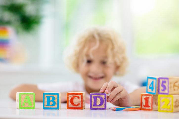 Atividades lúdicas, como jogos e canções, são muito importantes no processo de alfabetização de crianças.