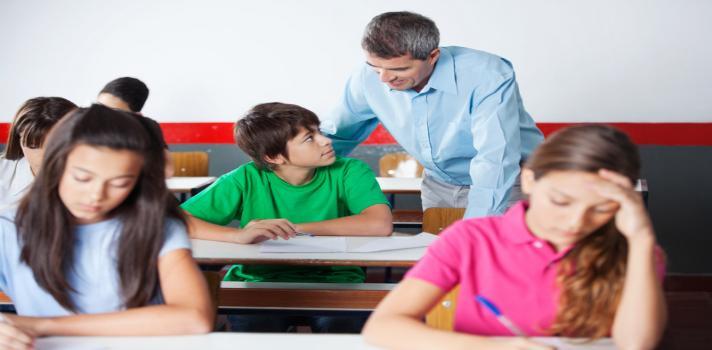 Debido a la marcada <strong>influencia que los docentes tienen en sus alumnos</strong> es importante que los titulares de la enseñanza se comporten siempre con profesionalidad, <strong>dejando al margen inquietudes y problemas personales</strong> que puedan afectar a su trabajo diario.<br/><div class=help-message><h4>¿Quieres dedicarte a la enseñanza?</h4><a href=https://www.universia.edu.pe/estudios/pedagogia/ka/649 class=enlaces_med_leads_formacion button01 id=ESTUDIOS>Más info</a></div><br/>El secreto para evitar que esto suceda, es <strong>mantener siempre una actitud positiva frente a las situaciones que acontecen</strong>, de esta manera mejora la capacidad de ayudar a aprender, podrás escuchar y aconsejar a tus alumnos. Ellos verán tu actitud y sentirán seguridad al cultivarse con los conocimientos que vayas a transmitirles.<br/><br/>La actitud de un docente se basa principalmente en la <strong>disposición frente a determinadas situaciones</strong>, aunque existen también otros factores. Elementos como el entusiasmo, la inventiva, la predisposición a ayudar y el conocimiento del contenido, juegan un rol muy importante en el <strong>rendimiento de la clase</strong>.<br/><br/>Tener una actitud positiva y centrarse en las necesidades individuales de los alumnos resulta, por lo general, muy complicado, sobre todo, cuando a la mayoría de los docentes se les exige determinadas metas de superación, exámenes y puntajes específicos en su rendimiento. Por esta razón, <strong>un buen educador es aquel que cree que todos los alumnos pueden aprender</strong>, <strong>que comprende el propósito del sistema educativo y que se enfoca en los estudiantes, no solamente en los números o en las exigencias con las que deba cumplir</strong>.<br/><br/>Los alumnos valoran significativamente el interés que el docente presente en ellos como personas, además de la habilidad para hacer que el contenido sea dinámico y divertido.<br/><br/>Para <strong>evitar que los alumnos se vean afectad