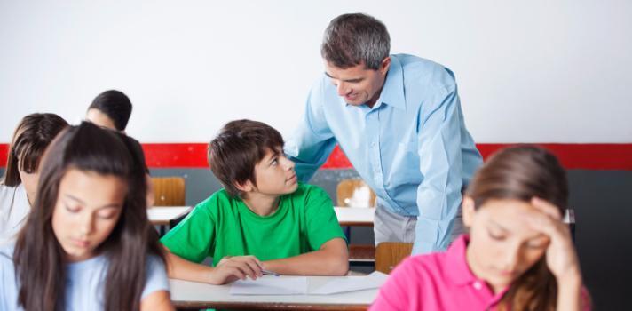 <p>El <strong>método Kumon</strong> fue desarrollado hace más de 50 años por el profesor de matemáticas japonés<strong> Toru Kumon</strong>. El objetivo de esta metodología es desarrollar en el niño la postura de <strong>estudiar por iniciativa propia</strong>; es decir, enseñar a los niños a aprender por sí mismos, <strong>aumentando la autoconfianza del alumno</strong> y logrando que éste progrese a su propio ritmo.</p><p></p><p><span style=color: #ff0000;><strong>Lee también</strong></span><br/><a style=color: #666565; text-decoration: none; title=Como enseñar matemática de formas divertidas href=https://noticias.universia.com.ec/educacion/noticia/2015/11/13/1133681/ensenar-matematica-formas-divertidas.html?_ga=1.26097405.1930732651.1440517732>» <strong>Como enseñar matemática de formas divertidas</strong></a><br/><a style=color: #666565; text-decoration: none; title=El método de los mejores maestros del mundo href=https://noticias.universia.com.ec/cultura/noticia/2015/09/18/1131400/metodo-mejores-maestros-mundo.html>» <strong>El método de los mejores maestros del mundo</strong></a></p><p></p><p>El objetivo del Método Kumon de enseñanza individualizada es que <strong>cada alumno desarrolle su capacidad</strong>, incentivándolos a que adquieran autonomía en su aprendizaje a través de un proceso planificado e individualizado. En varios países de habla hispana se imparte en las materias matemáticas y comprensión lectora, a través de cuadernillos de ejercicios en los que se deben <strong>resolver ejercicios que empiezan con niveles muy básicos y se van volviendo gradualmente más complejos</strong>, hasta que el alumno alcanza finalmente un nivel avanzado en estas asignaturas.</p><p><br/>El objetivo del método Kumon es, como ya mencionamos, que el alumno desarrolle su capacidad; y para esto <strong>la clave está en no enseñar al alumno cómo resolver los ejercicios presentados</strong>, y dejarlo en cambio que éste investigue el material de estudio –planificado de modo