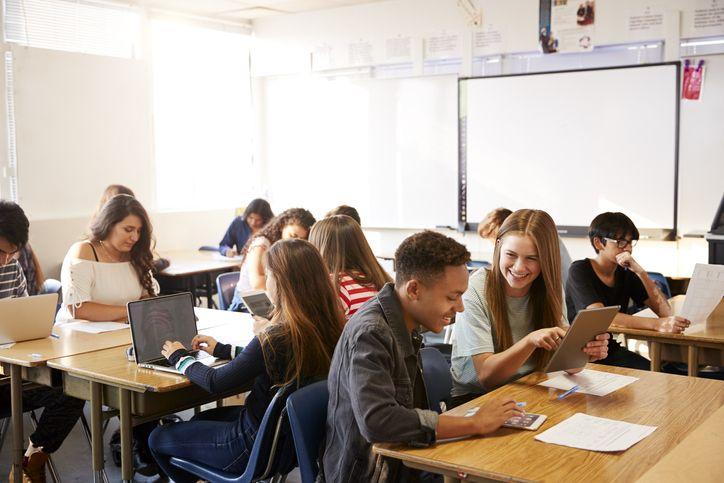 O trabalho em grupo durante a aula é uma das atividades bastante exploradas na classe invertida.