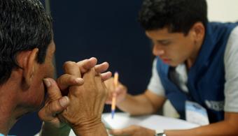 """<p style=text-align: justify;>El Consultorio de Atención Psicosocial (CAPsi) de la <strong><a href=https://www.universia.net.co/universidades/universidad-icesi/in/11430>Universidad Icesi</a></strong>lanza el nuevo programa dirigido a víctimas de la violencia social urbana, violencia intrafamiliar y conflicto armado que residen en Cali. Este nuevo programa <strong>busca contribuir a la reinserción e integración social de esta comunidad vulnerable</strong>, así como de otras personas de escasos recursos económicos provenientes de estratos 1, 2, y 3.</p><p style=text-align: justify;></p><p style=text-align: justify;><strong>Lee también</strong></p><p style=text-align: justify;><a style=color: #ff0000; text-decoration: none; title=Orienta href=https://orientacion.universia.net.co/>» <strong> ¿Aún no sabes qué carrera estudiar? Visita el Orienta: un portal donde encontrarás información detallada sobre carreras disponibles, campo laboral y mucho más</strong></a><br/><a style=color: #ff0000; text-decoration: none; title=La violencia y el abuso destruyen el aparato psíquico de las personas href=https://noticias.universia.net.co/actualidad/noticia/2014/09/30/1112308/violencia-abuso-destruyen-aparato-psiquico-personas.html>» <strong>La violencia y el abuso destruyen el aparato psíquico de las personas</strong></a> <br/><a style=color: #ff0000; text-decoration: none; title=Mujeres colombianas: de las menos respetadas de América Latina href=https://noticias.universia.net.co/actualidad/noticia/2014/10/21/1113524/mujeres-colombianas-menos-respetadas-america-latina.html>» <strong>Mujeres colombianas: de las menos respetadas de América Latina</strong></a></p><p style=text-align: justify;></p><p style=text-align: justify;></p><p style=text-align: justify;>Para Ximena Castro, directora del Consultorio, """"la ciudad de Cali acoge <strong>un número importante de víctimas provenientes de la región del pacífico y del suroccidente del país</strong>, y a pesar de que existe la voluntad polít"""