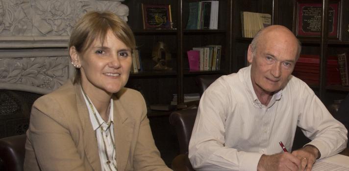 La gerente de Santander Universidades, María de la Paz Goldaracena, y el rector del CLAEH, el Ing. Andrés Lalanne.