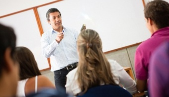 <p style=text-align: justify;>El presidente Juan Manuel Santos y la ministra de Educación, Gina Parody, presentaron el programa <strong>'Becas para la Excelencia Docente'</strong>, una estrategia que otorgará <strong>créditos - beca condonables en un 100 por ciento para realizar maestrías </strong>que fortalezcan académicamente a los colegios (establecimientos educativos) oficiales.</p><p style=text-align: justify;></p><p style=text-align: justify;></p><p><strong>Lee también</strong><br/><a style=color: #ff0000; text-decoration: none; title=Portal de Becas de Universia Colombia href=https://becas.universia.net.co/><span style=color: #ff0000; text-decoration: none;>» </span><strong style=color: #ff0000; text-decoration: none;>Visita el Portal de Becas de Universia Colombia<br/></strong></a><a style=color: #ff0000; text-decoration: none; title=En Colombia hay escasez de docentes href=https://noticias.universia.net.co/en-portada/noticia/2014/12/11/1116873/colombia-escasez-docentes.html><span style=color: #ff0000;>» </span><strong style=color: #ff0000; text-decoration: none;>En Colombia hay escasez de docentes<br/></strong></a><a style=color: #ff0000; text-decoration: none; title=Estudio español reconoció labor de docentes colombianos href=https://noticias.universia.net.co/actualidad/noticia/2015/01/14/1118171/estudio-espanol-reconocio-labor-docentes-colombianos.html><span style=color: #ff0000;>» </span><strong style=color: #ff0000; text-decoration: none;>Estudio español reconoció labor de docentes colombianos<br/></strong></a><a style=color: #ff0000; text-decoration: none; title=Colombia forma sólo 5 doctores por cada millón de habitantes href=https://noticias.universia.net.co/actualidad/noticia/2015/01/14/1118167/colombia-forma-solo-5-doctores-cada-millon-habitantes.html>» <strong>Colombia forma sólo 5 doctores por cada millón de habitantes</strong></a></p><p style=text-align: justify;></p><p style=text-align: justify;><br/><br/>Uno de los grandes retos de este gobier