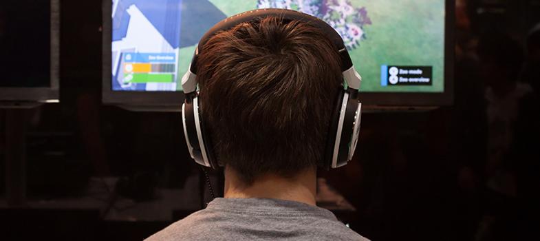 <p>Os videogames podem ser vistos como vilões para o aprendizado dos jovens, fazendo com que eles gastem muito mais tempo com os jogos do que estudando. Ao contrário do que se pensa, os videogames, na verdade, podem trazer muitos benefícios para os estudos. A seguir, <strong> confira 4 deles:</strong></p><p></p><p><span style=color: #333333;><strong>Você pode ler também:</strong></span><br/><a style=color: #ff0000; text-decoration: none; text-weight: bold; title=4 maneiras de estimular a capacidade de argumentação dos estudantes href=https://noticias.universia.com.br/destaque/noticia/2015/11/23/1133976/4-maneiras-estimular-capacidade-argumentacao-estudantes.html>» <strong> 4 maneiras de estimular a capacidade de argumentação dos estudantes</strong></a><br/><a style=color: #ff0000; text-decoration: none; text-weight: bold; title=Estudantes que aprendem online têm melhor desempenho, diz estudo href=https://noticias.universia.com.br/destaque/noticia/2015/11/12/1133633/estudantes-aprendem-online-melhor-desempenho-diz-estudo.html>» <strong>Estudantes que aprendem online têm melhor desempenho, diz estudo</strong></a><br/><a style=color: #ff0000; text-decoration: none; text-weight: bold; title=Todas as notícias de Educação href=https://noticias.universia.com.br/educacao>» <strong>Todas as notícias de Educação</strong></a></p><p></p><p><strong> 1 –<a title=Como treinar a memória antes do vestibular href=https://noticias.universia.com.br/destaque/noticia/2015/11/10/1133496/treinar-memoria-antes-vestibular.html>Melhora a memória</a></strong></p><p>A maior parte dos jogos exige um grande raciocínio lógico para conseguir atingir os objetivos propostos. Dessa forma, torna-se mais fácil que consigam aplicar essa habilidade na sala de aula e, consequentemente, ter notas melhores.</p><p></p><p><strong> 2 –<a title=4 exercícios para diminuir o estresse href=https://noticias.universia.com.br/carreira/noticia/2015/11/10/1133547/4-exercicios-diminuir-estresse.html>Diminui o estresse</a