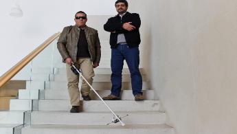 Bengala da Universidade de Aveiro para cegos deteta obstáculos que causam todos os anos centenas de acidentes