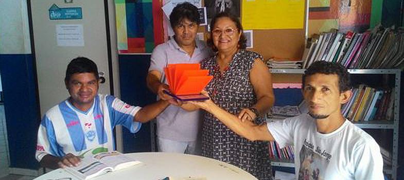 <strong><a href=https://noticias.universia.com.br/destaque/noticia/2016/03/07/1137094/gemeas-7-anos-criam-canal-leitura-youtube.html title=Gêmeas de 7 anos criam canal de leitura no YouTube>Proporcionar o prazer da leitura às pessoas</a></strong>é o trabalho de Terezinha Maria de Jesus da Conceição Lima, a <strong>Teca Lima</strong>. Bibliotecária há 34 anos, Teca, que mora em Belém, capital do Pará, acredita que <strong>os livros podem transmitir muito mais do que conhecimento</strong>. Eles possibilitam o crescimento, fazem o leitor viajar, relaxar e até ajudam a acabar com o sofrimento.<br/><br/><blockquote style=text-align: center;>Cadastre-se <span style=text-decoration: underline;><a href=https://livros.universia.com.br/ class=enlaces_med_leads_formacion title=Cadastre-se aqui para baixar mais de 2 mil livros grátis target=_blank id=LIVROS>aqui</a></span> para baixar mais de <strong>2.000 livros grátis<br/><br/></strong></blockquote><p><span style=color: #333333;><strong>Você pode ler também:</strong></span><br/><a href=https://noticias.universia.com.br/educacao/noticia/2016/03/14/1137357/palestina-eleita-melhor-professora-mundo.html title=Palestina é eleita a melhor professora do mundo>» <strong>Palestina é eleita a melhor professora do mundo</strong></a><br/><a href=https://noticias.universia.com.br/cultura/noticia/2016/07/25/1142133/dia-nacional-escritor-conheca-autores-titulos-brasileiros-populares-momento.html title=Dia Nacional do Escritor: conheça os autores e títulos brasileiros mais populares do momento>» <strong>Dia Nacional do Escritor: conheça os autores e títulos brasileiros mais populares do momento</strong></a><br/><a href=https://noticias.universia.com.br/tag/livros-grátis title=Mais de 2.000 livros grátis para download>» <strong>Mais de 2.000 livros grátis para download<br/><br/><br/></strong></a></p><p>Sua missão inclui levar a leitura para aqueles que, talvez, nunca tenham entrado numa biblioteca ou até mesmo foleado as páginas de um livro. 