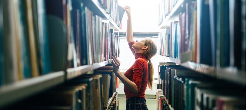 <p>São raras vezes em que a presença do bibliotecário passa despercebida. É a esse profissional de perfil organizado, metódico e com facilidade para lidar com o público que você vai recorrer quando não estiver encontrando aquele livro cujo conteúdo vai cair na prova da faculdade.</p><p><strong>Conheça a carreira de Bibliotecário</strong>, profissão celebrada justamente hoje, e saiba mais da profissão, bem como detalhes sobre a graduação em Biblioteconomia.</p><p></p><p><strong>Gerenciamento de informações</strong></p><p>O bibliotecário tem a incumbência de gerir informações com base em três métodos básicos: organização, classificação e catalogação. Em resumo, ele administra os dados, processa e os divulga.</p><p>Além dos livros, o bibliotecário também organiza jornais, revistas, fotos, documentos, imagens, vídeos e materiais digitais. A sua função é preservar todo esse material, para que resista ao uso e ao tempo.</p><p></p><p><strong>Áreas de atuação</strong></p><p>Além da biblioteca, o bibliotecário atua também em grandes centros de informações, institutos de pesquisas, agências de publicidade, entre outros.</p><p>De uns tempos para cá, tem sido comum esse profissional trabalhar na atuação e manutenção de arquivos digitais, atendendo demanda de empresas que deixaram de armazenar documentos impressos.</p><p></p><p><strong>Acesso rápido</strong></p><p>No geral, portanto, o bibliotecário pode atuar em qualquer companhia que precise catalogar documentos para acessá-los com agilidade. Exemplos: acervos, associações, centros culturais e de pesquisa, ONGs, Museus, emissoras de Rádio e TV, provedores de Internet, entre outros.</p><p></p><p><strong>Ministrar aulas</strong></p><p>Ao se habilitar em Licenciatura, o bibliotecário pode seguir carreira acadêmica e até mesmo ministrar aulas. Conforme lei federal, até 2020 todas as instituições de ensino do Brasil, públicas e privadas, deverão ter uma biblioteca escolar.</p><p></p><p><strong>Biblioteconomia</strong></p><p>A gradu