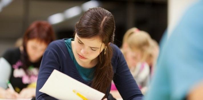 """<p style=text-align: justify;>El estudio arrojó que el 90 por ciento de los estudiantes de bachillerato que presentaron las más recientes pruebas Saber 11 se ubicó en la categoría A1, el nivel más básico del idioma inglés. Además, a nivel de educación superior, el 60 % de los universitarios se ubicó, también, en el nivel A1, en contraste con el 6 %, que se ubicó en la categoría B+, nivel que les da el título de bilingües.</p><p style=text-align: justify;></p><p style=text-align: justify;>Otro de los datos preocupantes que arrojó el estudio, es que los cerca de 30 mil profesores de inglés en Bogotá, que pertenecen al sector oficial, no se encuentran en las categorías C1 o C2, considerados como niveles mínimos para la enseñanza del idioma.</p><p style=text-align: justify;></p><p style=text-align: justify;>El análisis de este estudio realizado por la Universidad de La Sabana, en Colombia, será presentado TESOL, el evento de didáctica y enseñanza del inglés más importante del mundo, los próximos 5 y 6 de junio.</p><p style=text-align: justify;></p><p style=text-align: justify;>El estudio arrojó, a partir de recientes cifras del Ministerio de Educación, que el 43 por ciento de los profesores que enseñan inglés en el sector oficial en Colombia son considerados como docentes con """"buenos conocimientos del idioma.</p><p style=text-align: justify;></p><p style=text-align: justify;>Parta Ivonne González, directora del Departamento de Lenguas y Culturas Extranjeras de la Universidad de La Sabana, """"de los 34.413 docentes del Distrito, solamente 782 están certificados en nivel A2, B1 o B2 (conocimiento intermedio alto de la lengua) y ningún profesor alcanza la categoría C1 o C2 (dominio operativo y eficaz del idioma), que son los niveles mínimos permitidos para enseñar esta lengua"""".</p><p style=text-align: justify;></p><p style=text-align: justify;>Esta problemática transciende las aulas de capital del país y a nivel nacional el panorama no mejora. Según los resultados de una imp"""