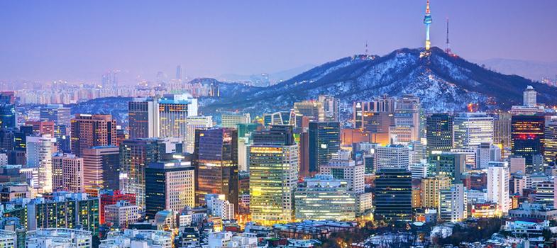 A <strong>organização dos Estados Unidos</strong> e a <strong>Chonnam National University</strong>, em Gwangju na Coreia do Sul, estão oferendo <strong>10 bolsas de graduação na universidade</strong>. As inscrições podem ser enviadas até o dia <strong>4 de outubro</strong>. <p></p><p></p><span style=color: #333333;><strong>Leia também:</strong></span><br/><a href=https://noticias.universia.com.br/tag/notícias-sobre-bolsas-de-estudo/ title=Todas as notícias sobre bolsas de estudo>» <strong>Todas as notícias sobre bolsas de estudo</strong></a><p></p><p></p> A duração dos cursos varia entre dois e quatro anos. <strong>As bolsas cobrem os custos de estudo durante os 6 meses iniciais.</strong> Moradia, transporte e manutenção no país não estão contemplados na bolsa. <p></p><p></p> A universidade oferece cursos de graduação em diversas áreas, desde artes até ciências do oceano até engenharia. <a href=https://global.jnu.ac.kr/Academics/Program/Undergraduate.aspx target=_blank>A lista completa pode ser vista aqui</a>. <p></p><p></p> Para se candidatar é necessário fazer a inscrição pelo <a href=https://www.oas.org/fms/Announcement.aspx?id=771&Type=4&Lang=Eng target=_blank>site da universidade</a>e enviar, em um único PDF, os seguintes documentos: cópia de documento de identidade (passaporte, RG, carta de motorista), currículo, cópia dos registros acadêmicos escolares, carta de recomendação (vinda de um professor ou empregador) e <strong>comprovante de proficiência em inglês (TOEFL, IBT ou IELTS)</strong>. <p></p><p></p> Para mais informações confira o <a href=https://www.oas.org/en/scholarships/PAEC/2016/Announcement_OAS_Chonnam.pdf target=_blank>edital da bolsa aqui</a>.