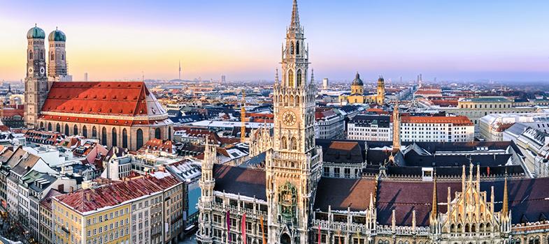O <strong>programa Heinz Kühn Stiftung</strong> oferece <strong>bolsas de estudo para jornalistas</strong> vindos de países em desenvolvimento há 28 anos. A bolsa cobre os custos de vida, de viagem (para chegar na Alemanha e para se locomover dentro dela), estudo e, se necessário, cursos da língua. O programa também vem com a oportunidade de fazer estágios. <p></p><p></p><span style=color: #333333;><strong>Leia também:</strong></span><br/><a href=https://noticias.universia.com.br/tag/notícias-sobre-bolsas-de-estudo/ title=Todas as notícias sobre bolsas de estudo>» <strong>Todas as notícias sobre bolsas de estudo</strong></a><p></p><p></p> Candidatos devem ter até 35 anos e, preferencialmente, já terem experiência com jornalismo, além de <strong>ter conhecimentos básicos de alemão</strong>. <p></p><p></p> Para se inscrever <strong>é necessário primeiramente contatar a fundação para discutir tópicos de interesse</strong> e lugares para ocorrer o estudo. Depois disso deve-se <a href=https://www.heinz-kuehn-stiftung.de/index.php/en/about-us2/what-we-support title=enviar os documentos necessários target=_blank>enviar os documentos necessários</a>e uma carta de motivação em alemão pelo correio. A carta deve chegar até o dia 30 de novembro para sua inscrição ser recebida. <p></p><p></p><strong>Ao final do curso deve ser escrito um relatório sobre a experiência</strong>. Você pode conferir os <a href=https://www.heinz-kuehn-stiftung.de/index.php/pt/anuarios/28-anuario title=relatórios dos anos passados (em alemão) aqui target=_blank>relatórios dos anos passados (em alemão) aqui</a>. <p></p><p></p> Dúvidas podem ser enviadas por e-mail <a href=mailto:umkilian@stk.nrw.de>umkilian@stk.nrw.de</a> para Ute Maria Kilian in Düsseldorf ou pelo telephone +49 211 837 1274. <p></p><p></p>