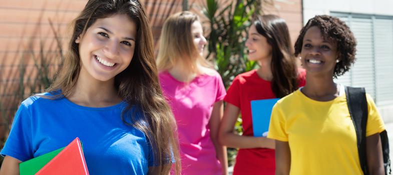 A <a href=https://www.aauw.org/ title=American Association of University Women (AAUW) target=_blank>American Association of University Women (AAUW)</a>está com as inscrições abertas para <strong>bolsas de estudos voltadas a mulheres não americanas</strong> interessadas em estudar nos Estados Unidos. <p></p><p></p><span style=color: #333333;><strong>Leia também:</strong></span><br/><a href=https://noticias.universia.com.br/tag/notícias-sobre-bolsas-de-estudo/ title=Todas as notícias sobre bolsas de estudo>» <strong>Todas as notícias sobre bolsas de estudo</strong></a><p></p><p></p> Os cursos oferecidos são de mestrado, doutorado e pós-doutorado. Os valores oferecidos são os seguintes: <strong>US$ 18 mil para mestrado</strong>, <strong>US$ 20 mil para doutorado</strong> e <strong>US$ 30 mil para pós-doutorado</strong>. <p></p><p></p><strong>As inscrições vão até o dia primeiro de dezembro</strong> e podem ser feitas no <a href=https://www.aauw.org/what-we-do/educational-funding-and-awards/international-fellowships/if-application/ target=_blank>site da associação</a>. Para se candidatar, você precisa ter um diploma de graduação, proficiência em inglês e já ter iniciado a candidatura à instituição desejada. <strong>Para concorrer é necessário pagar uma taxa de US$ 30</strong>. <p></p><p></p> A instituição também pede que a candidata pretenda deixar os EUA quando terminar seus estudos, e que enquanto estiver lá dedique seu tempo ao trabalho acadêmico. <p></p><p></p> A AAUW é um programa que existe desde 1917 com o objetivo de auxiliar mulheres estrangeiras a acessar as universidades americanas. A instituição dá preferência a mulheres que já mostraram comprometimento com a ajuda de outras mulheres e meninas através de trabalho comunitário, cívico ou profissional. <p></p><p></p>