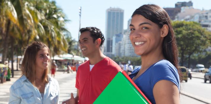 <p>A <strong>Fundación Mapfre</strong>, instituição sem fins lucrativos ligada a empresa de seguros Mapfre, oferece duas opções de bolsas de estudo a pesquisadores brasileiros. Ao todo, serão destinados ao projeto 102 mil euros, com objetivo de ampliar o acesso ao conhecimento e desenvolvimento da sociedade.</p><p></p><p><span style=color: #333333;><strong>Veja também:</strong></span></p><p><a style=color: #ff0000; text-decoration: none; text-weight: bold; title=Inscrições abertas para bolsas de doutorado e pós-doutorado na França href=https://noticias.universia.com.br/estudar- exterior/noticia/2015/10/02/1131979/inscrices-abertas-bolsas-doutorado-pos-doutorado-franca.html>» <strong>Inscrições abertas para bolsas de doutorado e pós-doutorado na França</strong></a><br/><a style=color: #ff0000; text-decoration: none; text-weight: bold; title=Capes oferece bolsas de até 35.690 euros para estudar na Alemanha href=https://noticias.universia.com.br/estudar- exterior/noticia/2015/10/02/1131933/capes-oferece-bolsas-35-690-euros-estudar-alemanha.html>» <strong>Capes oferece bolsas de até 35.690 euros para estudar na Alemanha</strong></a><br/><a style=color: #ff0000; text-decoration: none; text-weight: bold; title=Todas as notícias sobre Bolsas de estudo e prêmios href=https://noticias.universia.com.br/estudar-exterior>» <strong>Todas as notícias sobre bolsas de estudo e prêmios</strong></a></p><p></p><p>A <strong><a title=Bolsa de estudos Mapfre href=https://www.fundacionmapfre.org/fundacion/pt/te-interessa/bolsa-auxilio/auxilios-pesquisa-ignacio-larramendi/default.jsp target=_blank>primeira opção de bolsa de estudos</a></strong>será destinada a projetos de pesquisa nas áreas de Prevenção e Segurança Viária, Promoção da Saúde e Seguros e Previdência Social. Os trabalhos podem ser desenvolvidos de maneira independente ou ligados a universidades, hospitais, empresas e entidades de pesquisa. Serão, ao todo, 25 bolsas com verba total de 87 mil euros. <strong>As inscrições ficarã