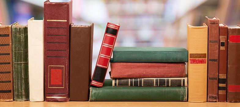 <p>A 4ª edição da pesquisa <strong>Retratos da Leitura no Brasil</strong>, encomendada pelo Instituto Pró-Livro e feita pelo Ibope, analisou os hábitos de leitura de 5.012 brasileiros, de todos os estados do País. Entre outros dados, constatou-se que o número de leitores cresceu em 6%, entre 2011 e 2015, e que a média de livros lidos nos três meses que antecederam a pesquisa foi de 2,54.</p><p></p><p><span style=color: #333333;><strong>Você pode ler também:</strong></span><br/><a title=Brasil tem mais leitores do que a Argentina e a Colômbia href=https://noticias.universia.com.br/cultura/noticia/2016/05/20/1139904/brasil-leitores-argentina-colombia.html>» <strong>Brasil tem mais leitores do que a Argentina e a Colômbia</strong></a><br/><a title=Unicamp divulga lista de obras para vestibular 2018 href=https://noticias.universia.com.br/educacao/noticia/2016/05/18/1139638/unicamp-divulga-lista-obras-vestibular-2018.html>» <strong>Unicamp divulga lista de obras para vestibular 2018</strong></a><br/><a title=Todas as notícias de Cultura href=https://noticias.universia.com.br/cultura>» <strong>Todas as notícias de Cultura</strong></a></p><p></p><p>A pesquisa também analisou as preferências e motivações dos entrevistados. Entre os principais motivos para ler um livro estão gosto pela leitura e atualização cultural. A própria casa, a sala de aula, a biblioteca, o trabalho, o transporte, os consultórios e salões de beleza foram eleitos os <strong>lugares favoritos para ler um livro</strong>.</p><p></p><p><strong><a title=400 anos sem Shakespeare: 10 livros para te inspirar href=https://noticias.universia.com.br/cultura/noticia/2016/04/22/1138574/400-anos-shakespeare-10-livros-inspirar.html>Livros e autores mais lidos</a></strong><br/><br/> Os livros mais citados pelos entrevistados, que estavam sendo lidos ou foram lidos nos últimos três meses, foram: Bíblia, Diário de um Banana, Casamento Blindado, A Culpa É das Estrelas, Cinquenta Tons de Cinza, Ágape, Esperança, O Monge e