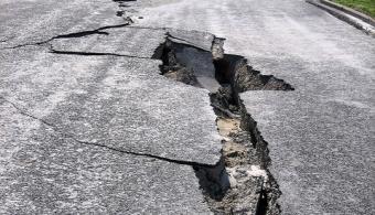 <p style=text-align: justify;>Con el fin de concientizar a la población sobre los peligros a los que nos exponen los terremotos, la <strong><a href=https://redsismica.uprm.edu/ rel=me nofollow>Red Sísmica de Puerto Rico (RSPR)</a></strong> organizó, como desde hace tres años, una nueva edición del <strong><a href=https://www.shakeout.org/puertorico/ rel=me nofollow>Gran ShakeOut de Puerto Rico</a>. </strong>Este evento es unsimulacro de sismo que busca dar laoportunidad a la población de <strong>aprender a protegerse</strong> frente a los temblores y a entidades y comunidades de <strong>revisar y actualizar sus planes de emergencia</strong>.</p><p style=text-align: justify;></p><p><strong>Lee también</strong><br/><a style=color: #ff0000; text-decoration: none; title=7 consejos para manejar un sismo de la mejor manera href=https://noticias.universia.pr/en-portada/noticia/2014/01/15/1075154/7-consejos-manejar-sismo-mejor-manera.html>» <strong>7 consejos para manejar un sismo de la mejor manera</strong></a></p><p style=text-align: justify;></p><p style=text-align: justify;>Este simulacro de terremoto tendrá lugar el próximo <strong>16 de octubre a las 10:16 horas </strong>en todo el país.De acuerdo con los especialistas, a esa hora, todos los que se unan a esta causa deberán colocarse debajo de una mesa yagacharse, cubrirse y sujetarse<strong></strong>y mantenerse alejado deparedes exteriores, ventanas, objetos colgantes, espejos, muebles altos, aparatos grandes y alacenas con objetos pesados o de vidrio.</p><p style=text-align: justify;></p><p style=text-align: justify;>De acuerdo conel <strong>doctor Víctor Huérfano</strong>, director de la <strong>RSPR</strong>, en las ediciones pasadas muchas personas participaron del <strong>Gran ShakeOut Puerto Rico</strong> y se estima que en esta oportunidad la cifra siga creciendo ya que es de<strong> gran importancia brindar a la sociedad las herramientas para protegerse</strong> y así evitar males mayores.</p><p style=text-a
